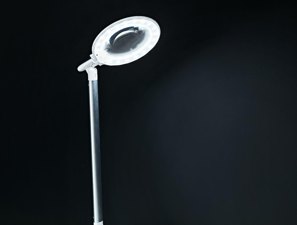電源も明るさ調節もベース中央のボタンを押すだけのシンプルな構造で、迷うことなく直感的に操作ができます。コードレスで使えて、隙間に収納できる!手元を大きく・明るく照らすルーペ付き太陽光LEDの「デスクライト」|daylight - Halo Go