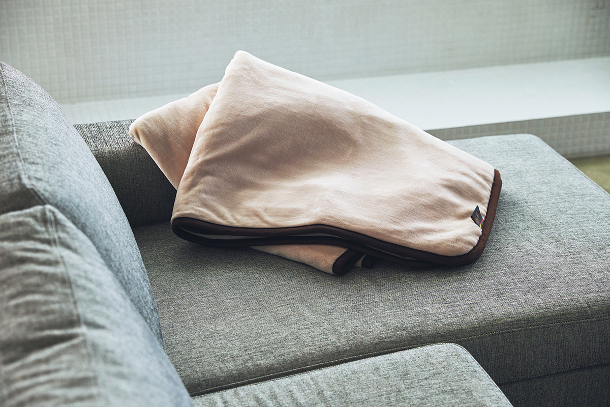 暑苦しさで起きることはなく、朝までぐっすり。あなたの睡眠サイクルに合わせて、電源が自動オンオフ!洗濯機で丸洗いできる「電気毛布」|HEAT-CRACKER