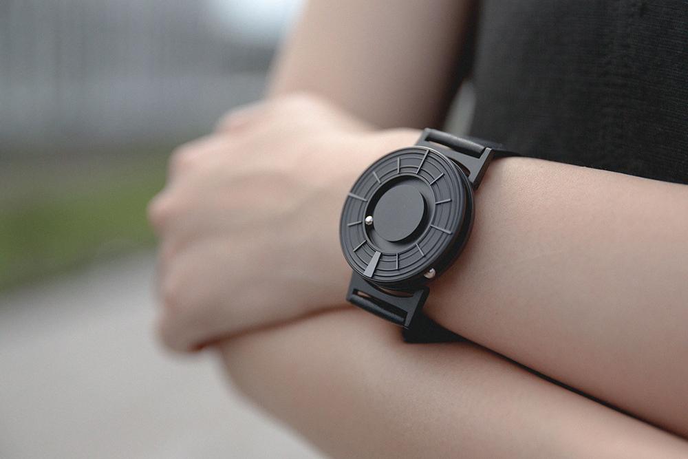 時刻がより確認しやくなった、二つのボールで時を刻む「腕時計」 | EONE《EDGE》