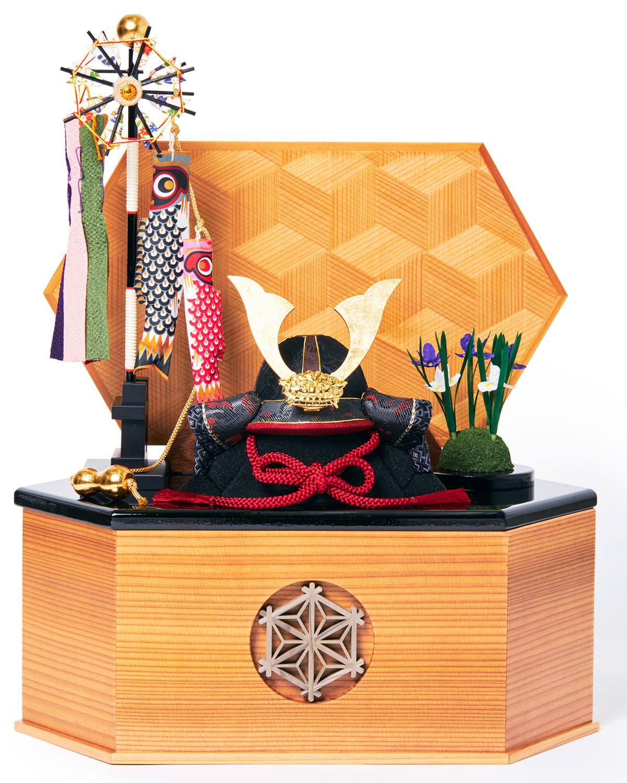 次世代に伝えていきたい最高峰の日本伝統技術を結集させ、コンパクト・モダンに。リビングや玄関に飾れる「プレミアム兜飾り・五月人形」
