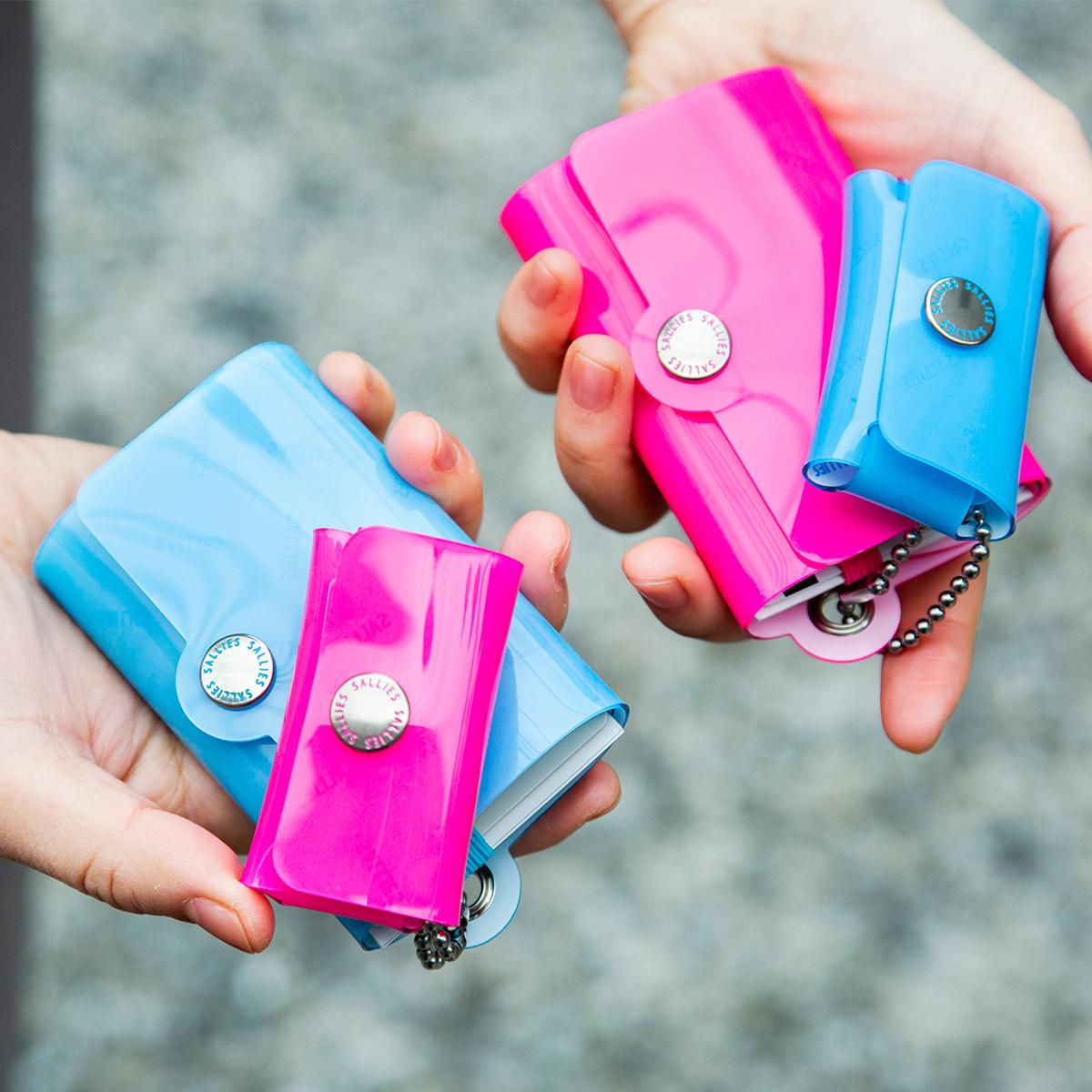ボールチェーンによって連結された「親子設計」。セパレートして、単体でも使える「ミニ財布」|SALLIES