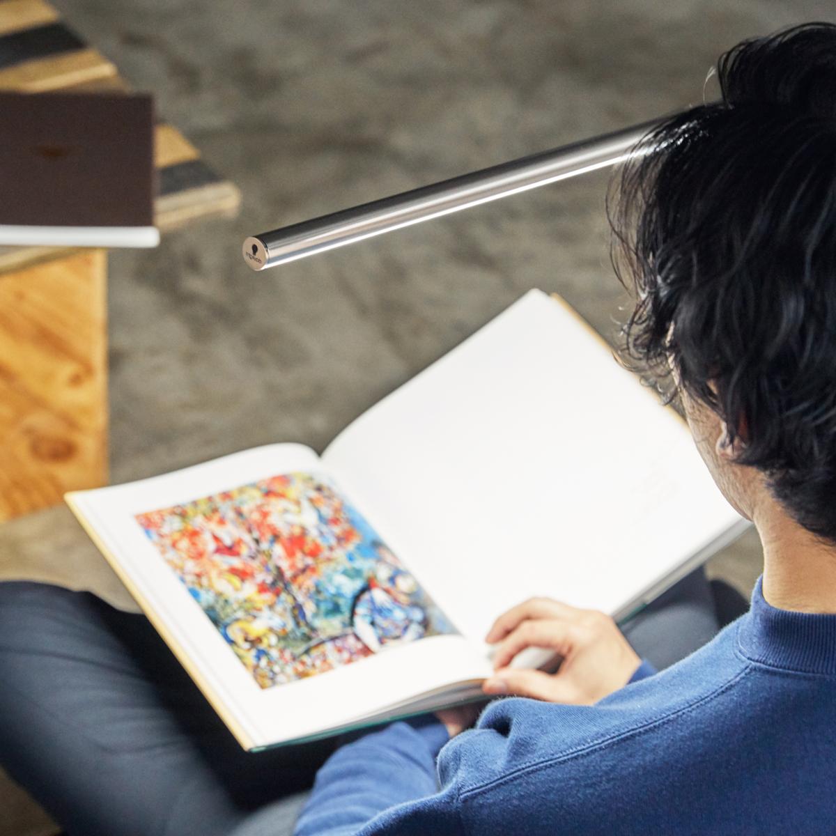 読書や勉強が一番はかどりやすい、正午の太陽光(自然光)に近づけた色づくり。精密機械や電子部品の製造、印刷工場での細かい視作業に必要な明るさも可能。作業に集中できる目に優しい太陽光LEDのフロアライト|Daylight - Slimline3