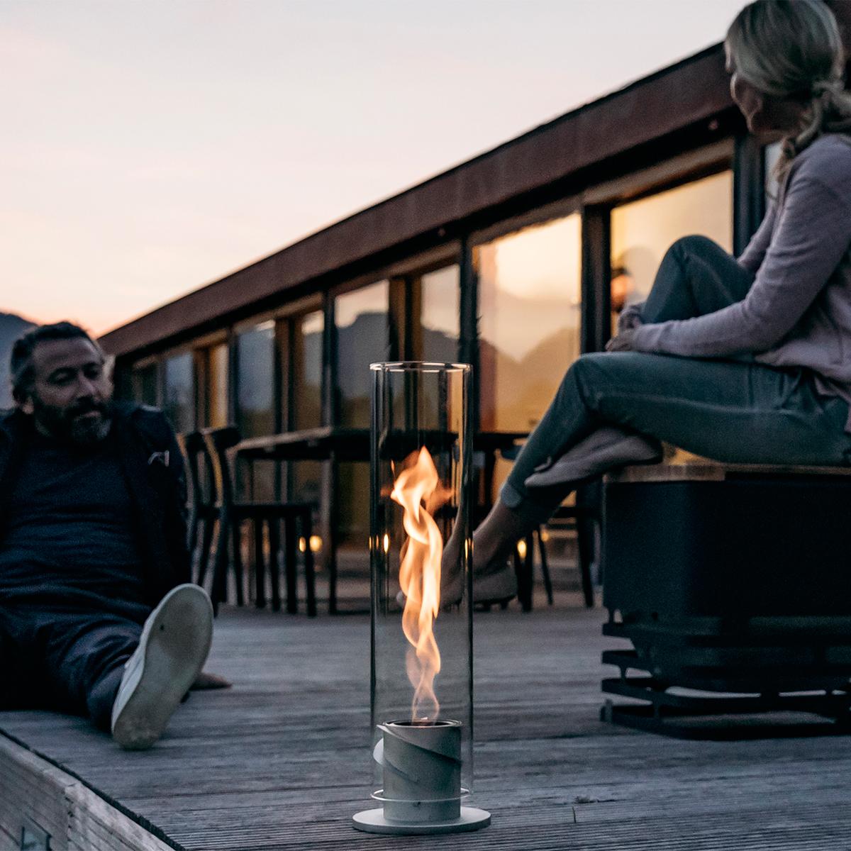 テーブルの真ん中で・テラスに腰掛けて楽しむ。煙突効果で炎が廻りながら上昇!煙が出にくい安全燃料の「テーブルランタン&ガーデントーチ」|Hofats SPIN(ホーファッツ スピン)