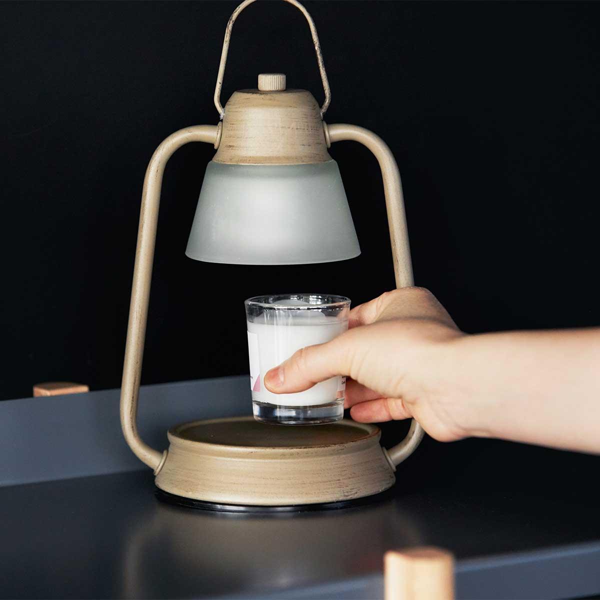 やさしい灯とお気に入りの香りに包まれる空間に、ゆったりと身を浸す「キャンドルウォーマーランプ」|kameyama candle house|デジタルデトックスでスマホ断ち!楽しく心身のリフレッシュを。楽しんでスマホやPCを手放せる方法とグッズ6選