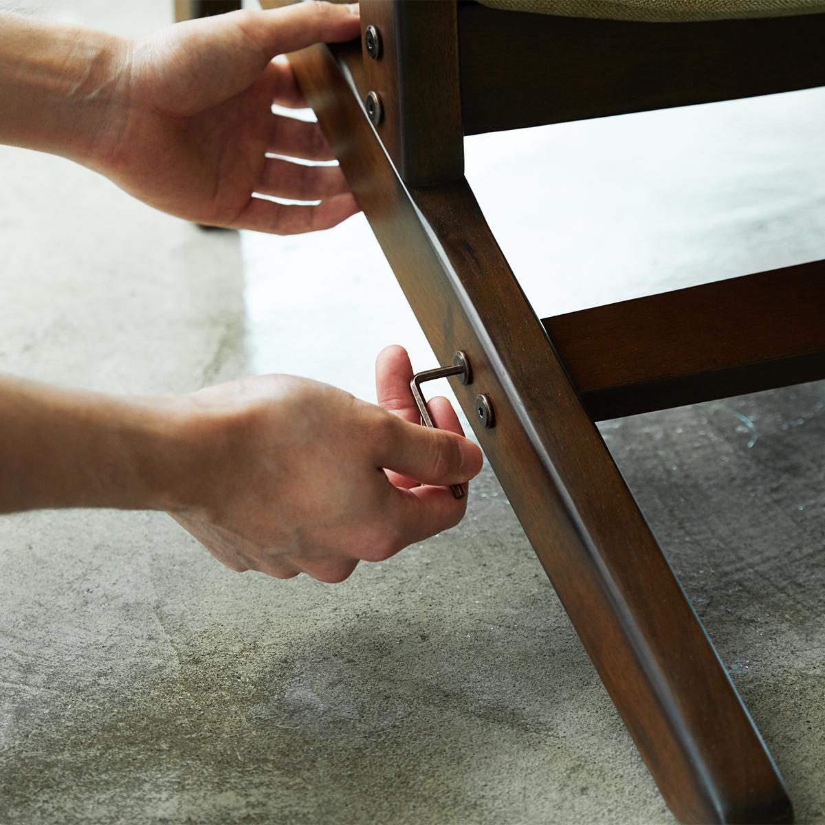 立ち座りもスムーズ、ひじ掛けの幅や長さもつかみやすい形にこだわっています。体にいい姿勢でリラックス!首も腰も好きな角度に調節できる寝椅子(リクライニングチェア)|P!nto