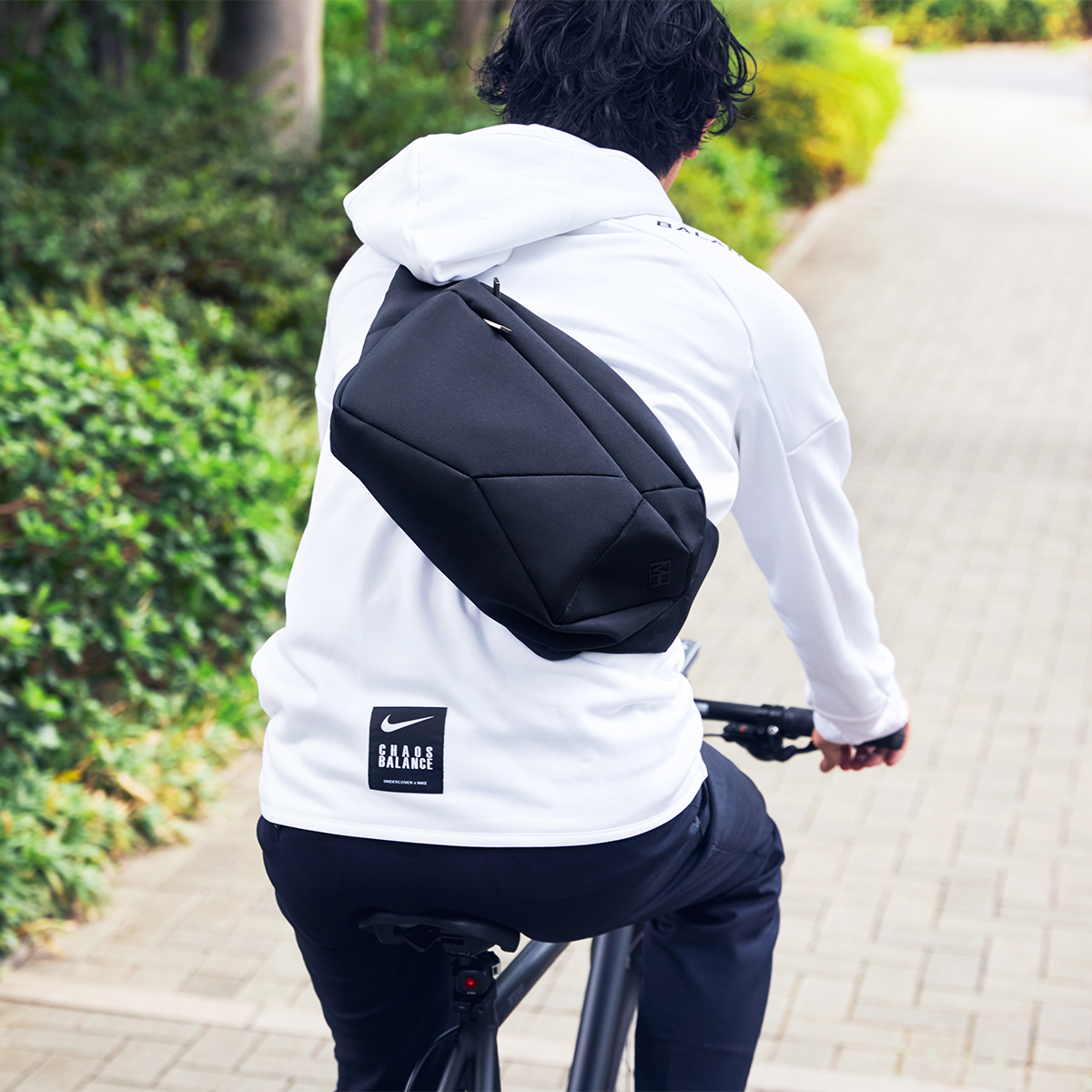 満員電車の代わりに、自転車や歩きを選ぶ人が増えています。ニューノーマルの軽やかな暮しにぴったり。「石」から発想したミニマルデザイン、タブレットと上着を入れても型崩れしない「ボディバッグ」|STONE SLING(ストーン スリング)