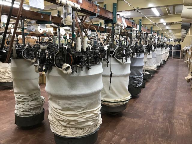 風合いの再現性を追求したところ、和歌山県で唯一稼働している『吊り編み機』に行き着きました。スポルディング社の名作から、現存していない「ブラック」をMade in Japanで「トレーニングシャツ」|A.G. Spalding & Bros