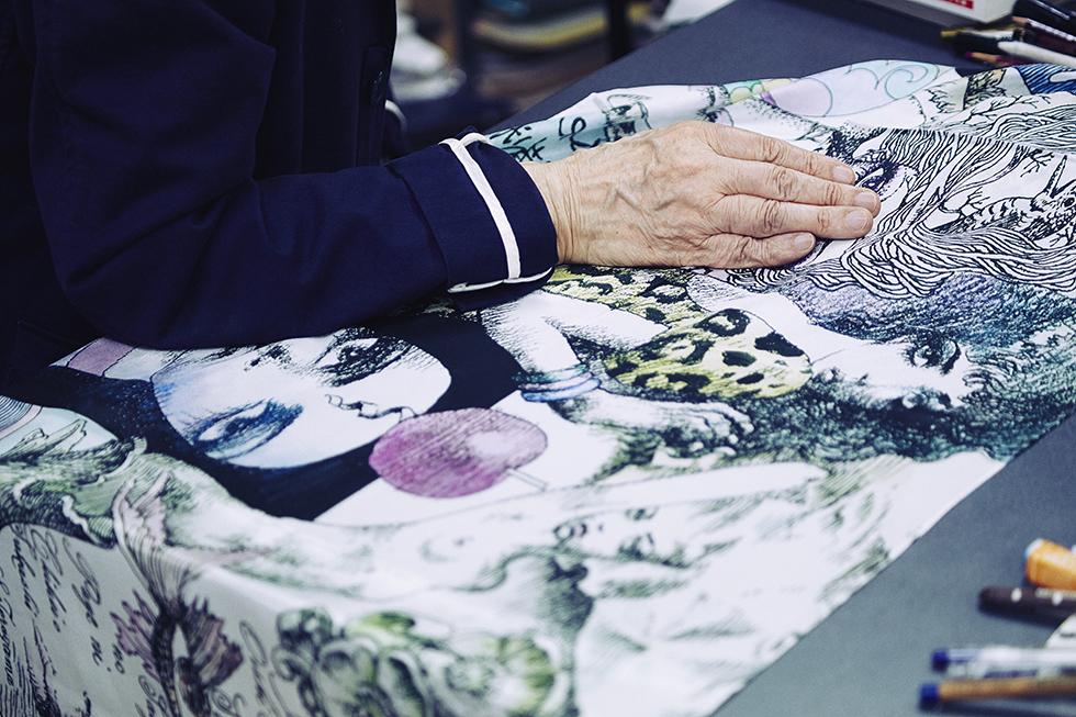 宇野亜喜良氏の『クロニクル』の巻末の「書物の少女」を織り込んだストール