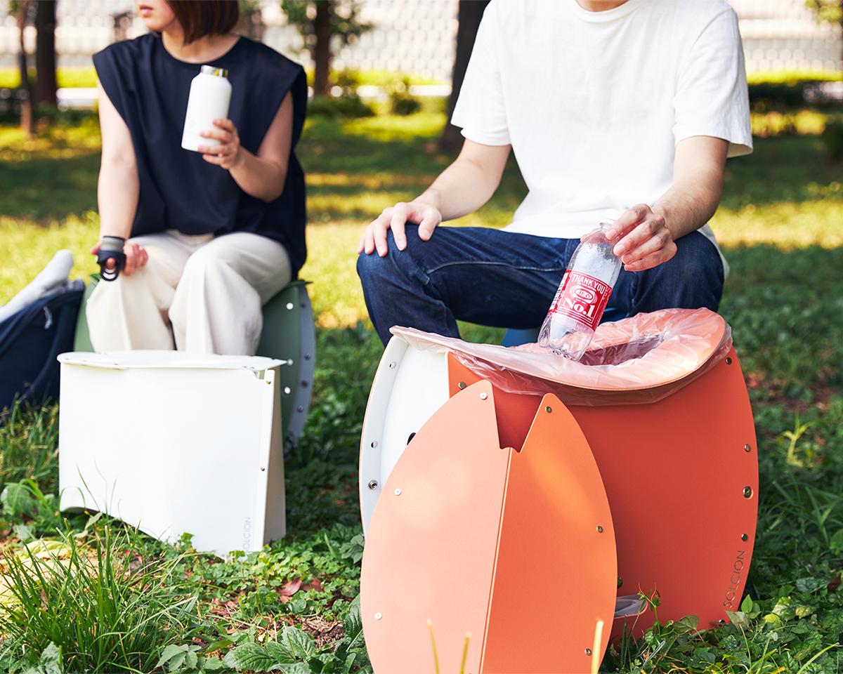 同シリーズのテーブルと組み合わせれば、食事や飲み物を並べられるので、ピクニックや屋上ランチなど楽しみ方も広がります。座面を外せば、ゴミ箱・防災トイレが出現する「折りたたみイス」|PATATTO PATATTO 350+