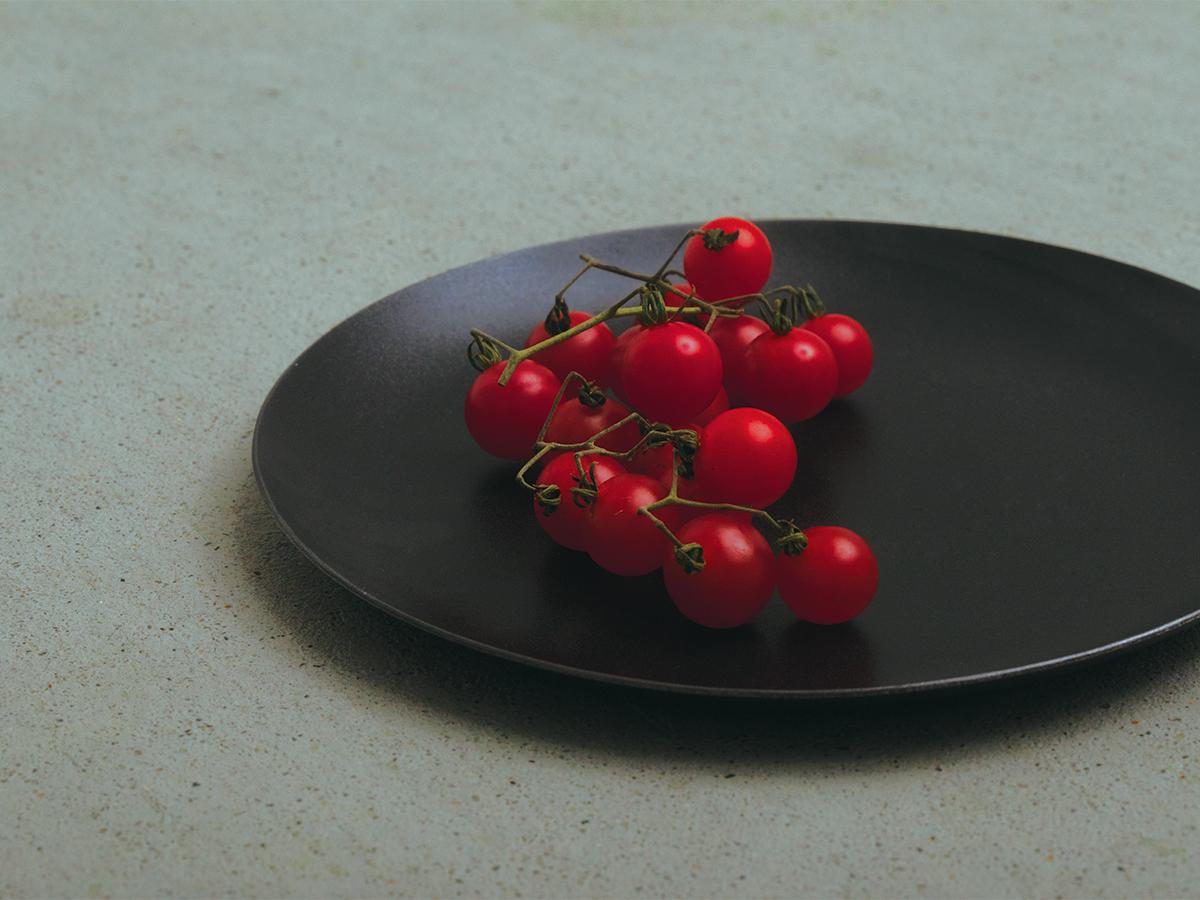 食材や料理を盛れば、その輪郭がくっきりと際立ち、おいしい彩りを引き出してくれる。落としても割れない、黒染めステンレスの食器(お皿)|KURO(96)クロ
