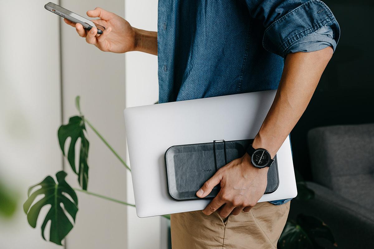 在宅ワーク、リモートワーク、カフェでの仕事に。どこでも整ったマイデスクに。仕事道具を好みの配置で収納、ワイヤレス充電台つきの「ガジェットケース」|Orbitkey Nest(オービットキー ネスト)