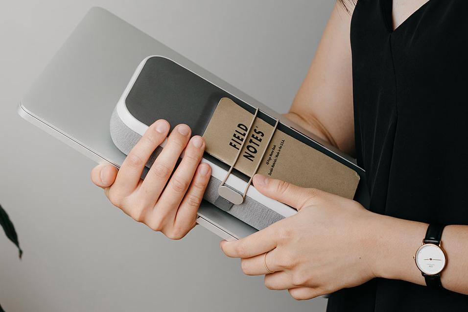 家やオフィスの鍵、紙幣、交通系ICカード、名刺、メモリーカード、常備薬、領収書といった平たいものを、整理して収納できます。仕事道具を好みの配置で収納、ワイヤレス充電台つきの「ガジェットケース」|Orbitkey Nest(オービットキー ネスト)