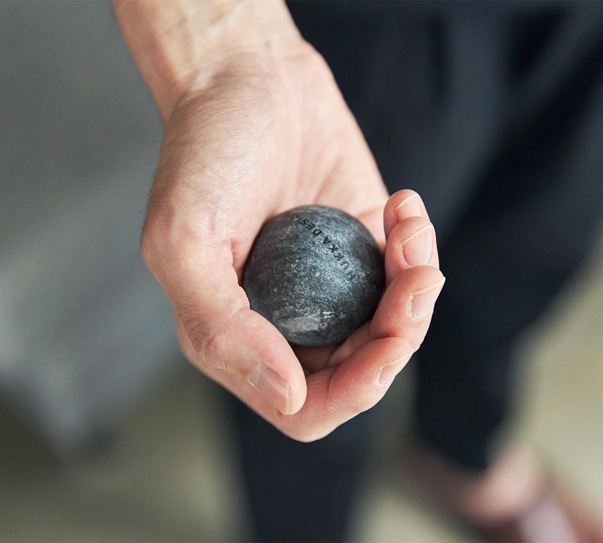 カレリアンソープストーンは、約28億年もの時間をかけて育まれた大自然の産物|北欧フィンランド北東部の地底から発見された、カレリアンソープストーンの「マッサージストーン」|HUKKA DESIGIN(フッカ デザイン)