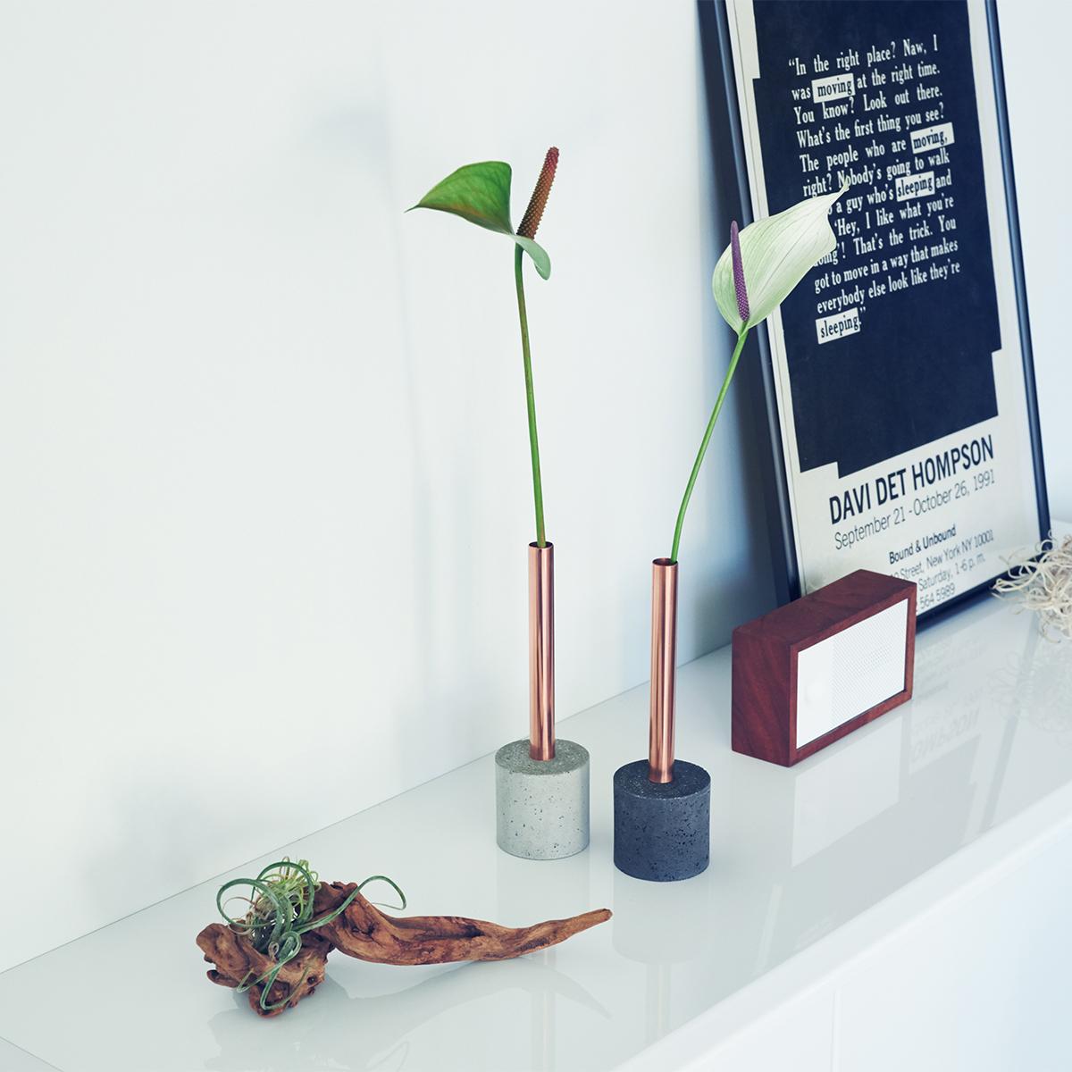 STEP1:DOUBLE(Natural/Black)まずは1本の花からはじめたいなら、本品の一輪挿しをどうぞ。一番バランスが取りやすく、気軽に楽しめるデザインです。無造作に挿すだけで「絵」になる、銅管の一輪挿し・花瓶・フラワーベース|BULBOUS