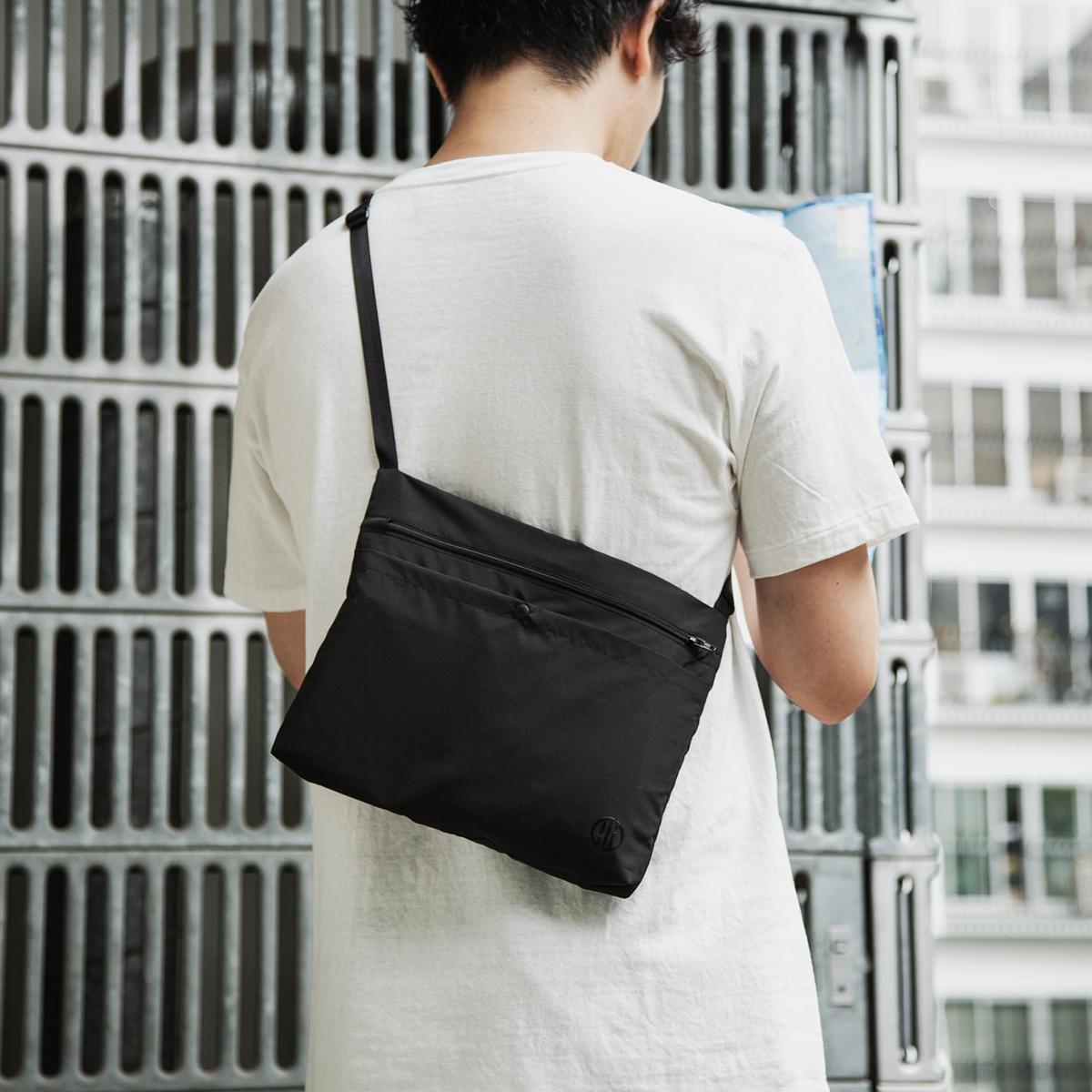 日中は「サコッシュ」として使えて、冷え込む朝晩や冷房の効きすぎた室内では「アノラック型パーカー」に変身する「バッグ一体型パーカー」| SANYO ENJIN