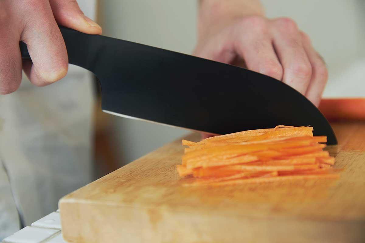 菜やキャベツなどの大きな野菜をカットしやすく、一度に大量のみじん切りをしたり、塊肉や生魚を捌いたりするのにちょうどいいサイズ感。極薄刃でストレスフリーな切れ味、野菜・肉・魚に幅広く使える「包丁・ナイフ」|hast(ハスト)