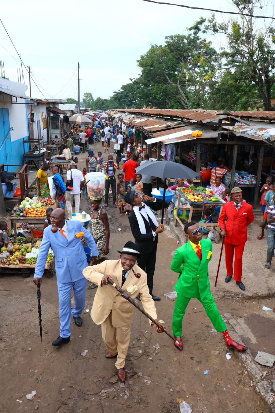 コンゴの街とサプール