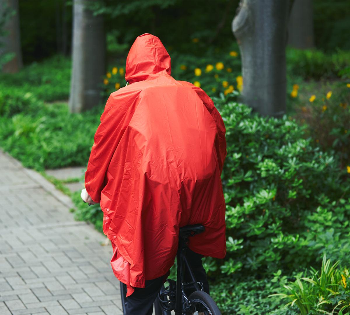多少の雨や、近所への買い物くらいなら、フードをかぶって、このポンチョ一つで出かけられて、便利。雨の日も両手フリー、濡れない、蒸れにくい「ポンチョ」|U-DAY PONCHO(ユーデイ ポンチョ)