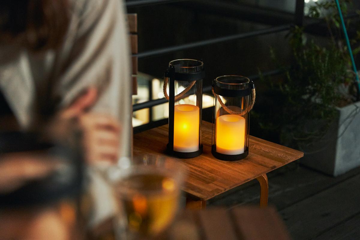 白いキャンドルのなかで、揺らめく灯りが、ふんわり広がって、なんとも温かみある雰囲気|暗くなったら自動で点灯、ソーラー充電式の「LEDガラスランタン」|Notte(ノッテ)