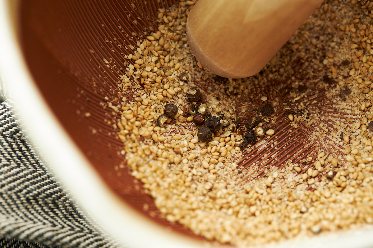 「粒胡椒」をすりつぶすと香りが違います。鉢の中で玉子サンドやポテトサラダが完成!そのまま器になる石見焼のすり鉢とすりこぎ棒|もとしげ