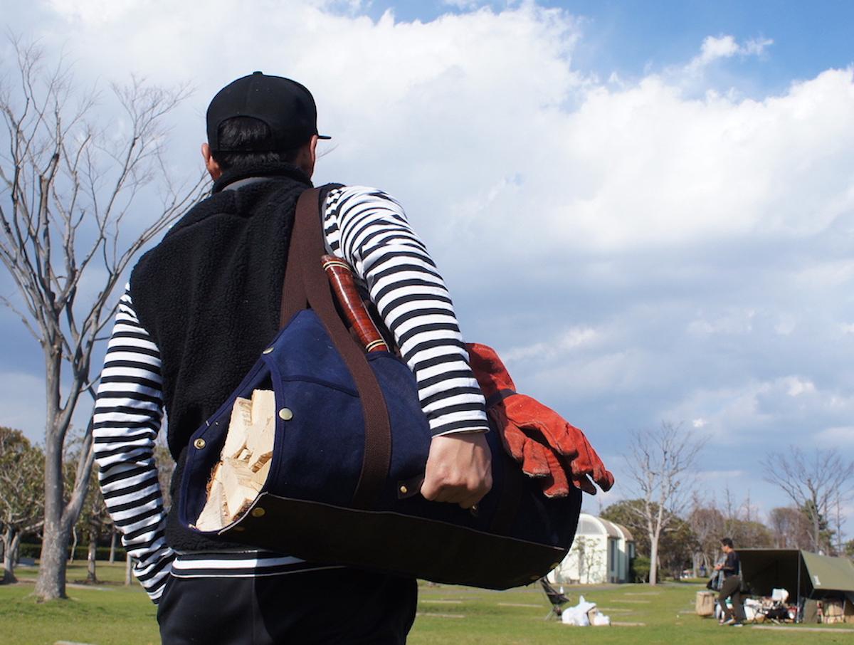 キャンプ場で使った際、手を傷つけることなく、薪をスムーズに運べて快適。「薪トート」|LAUGH WRINKLES×池之端銀革店