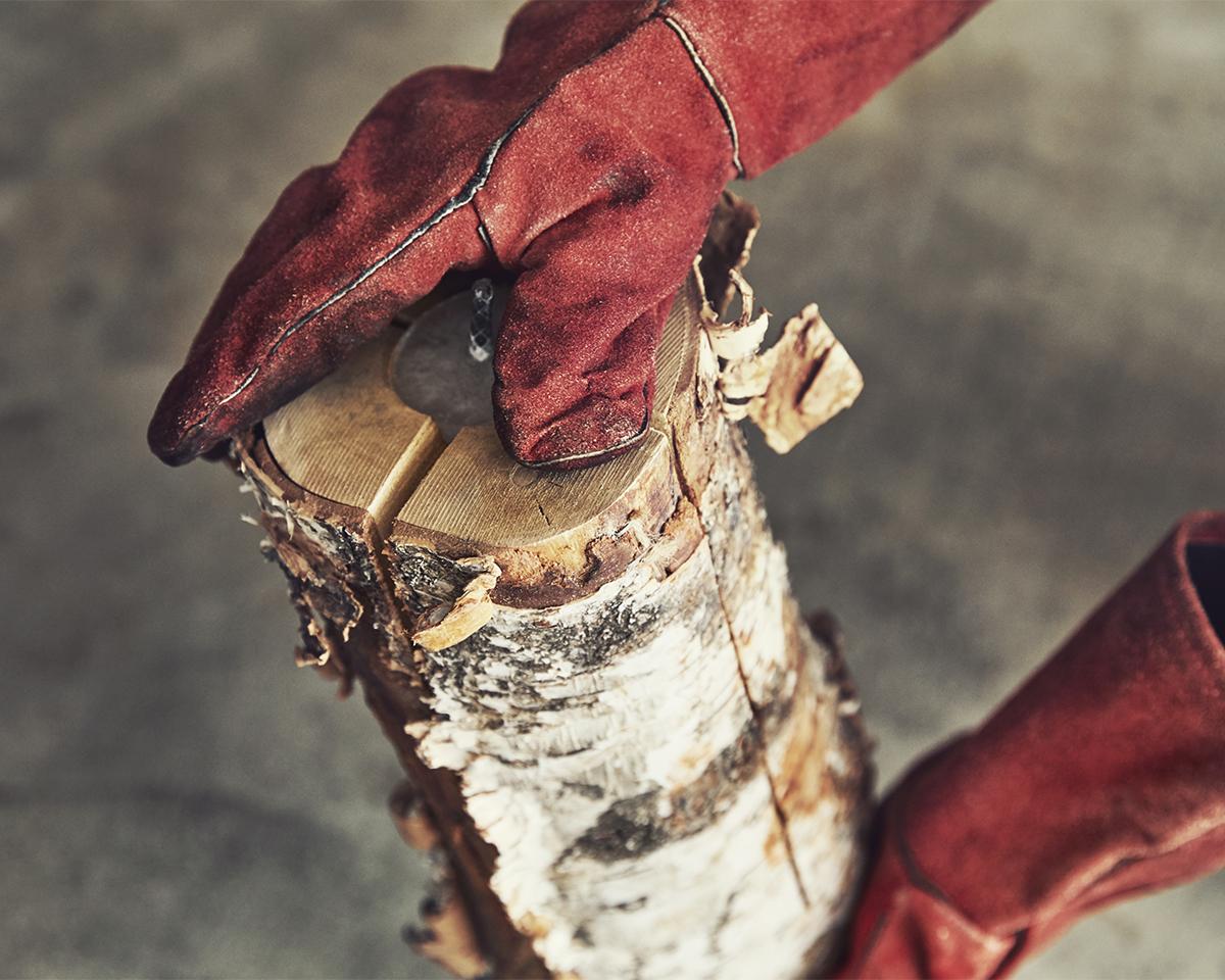 後片付けがラク、薪を継ぎ足せばその後も焚き火を楽しめるから延長戦にも最適!キャンドル一体型で一発着火、肉も焼ける「スウェディッシュトーチ」|Swedish Birch Candle(スウェディッシュ バーチ キャンドル)