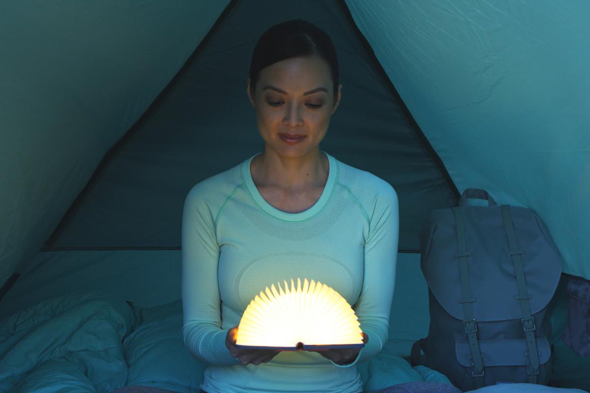 本型のポータブルライト、ブックライト lumio ルミオ