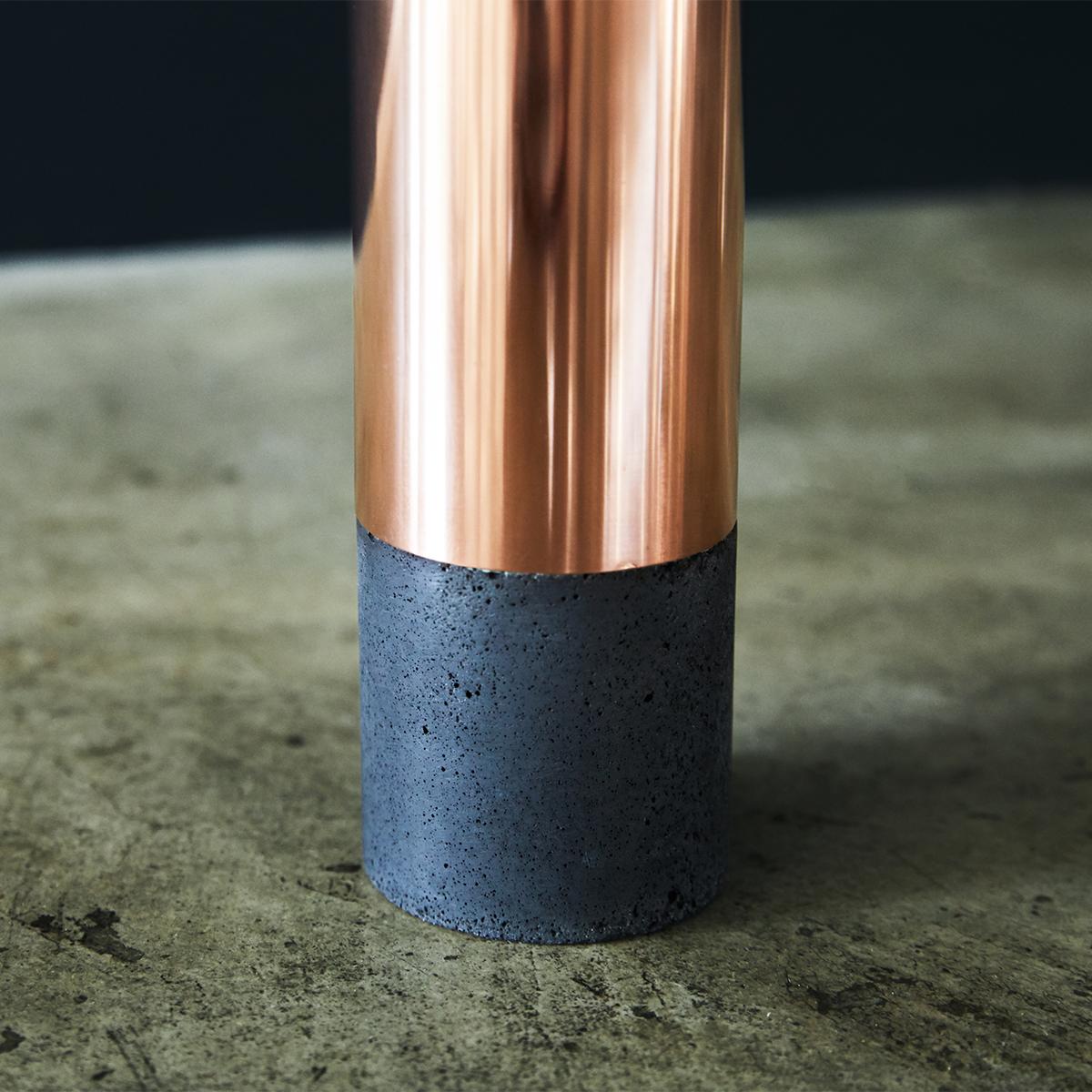 「モルタル」と「銅管」ふたつの円柱がつくる美しい曲面は、無塗装の無骨さを品よく柔和させています。無造作に挿すだけで「絵」になる、銅管の一輪挿し・花瓶・フラワーベース|BULBOUS