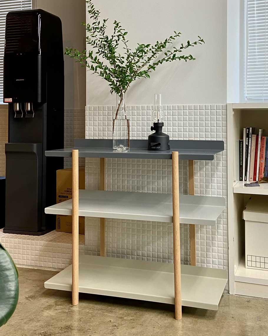 模様替えやインテリア作りが楽しい。色違いの棚板を入れ替えるたびに、新鮮な空間づくりができる「シェルフ(棚)」DUENDE Marge Shelf(デュエンデ マージ シェルフ)