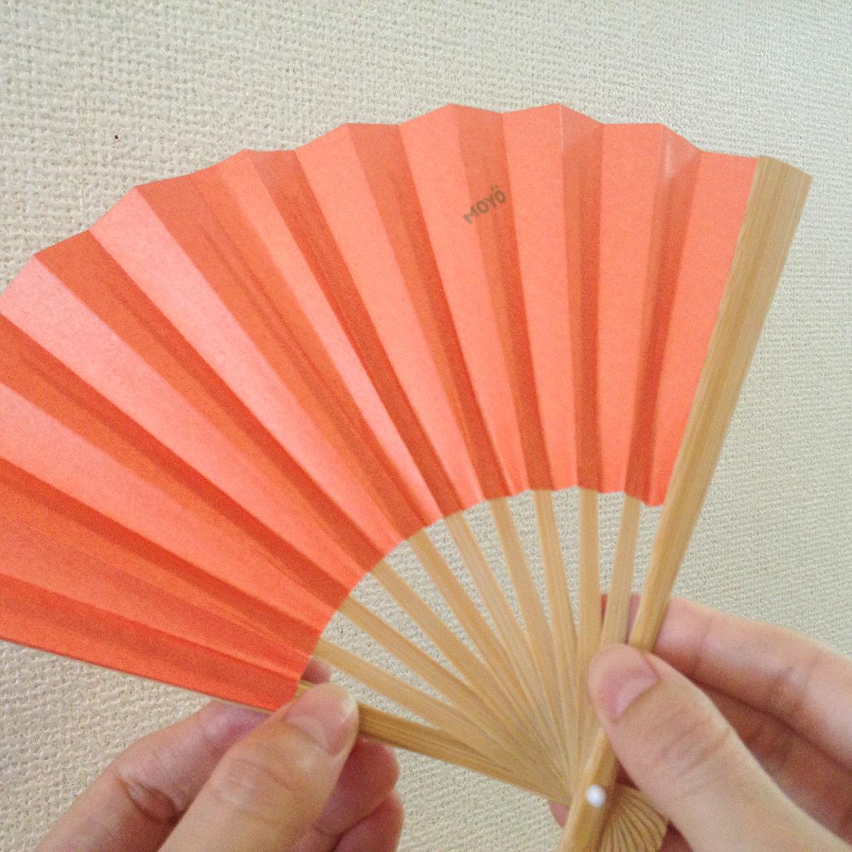 鮮やかな色合いで10色展開の500年続く伝統製法で、小ぶりでもしっかりあおげる「京扇子」|MOYÖ 扇子