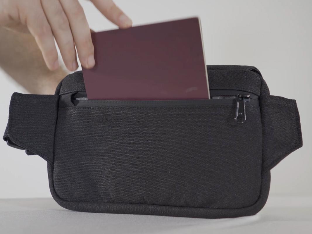身体側に密着しているので防犯性をより高められ、取り出ししやすい隠しポケット付きの着る財布(ボディーバッグ型財布)|Code10