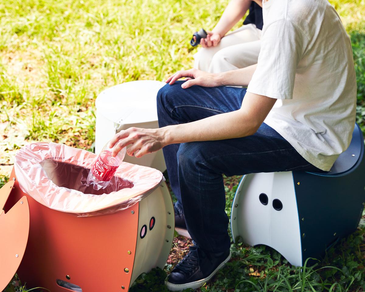花見やキャンプ、バーベキューなど、アウトドアレジャーへいつも快適を持ち歩ける。座面を外せば、ゴミ箱・防災トイレが出現する「折りたたみイス」|PATATTO PATATTO 350+