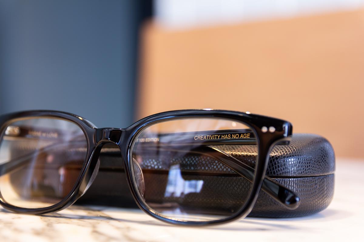 「発想力は歳をとらない」と刻まれたメッセージ|着けたままカフェへ、紫外線&ブルーライトもカット。人前でかけたくなる、お洒落なセルロイド製「老眼鏡」(MONOCOオリジナル企画)|LAUGHWRINKLES