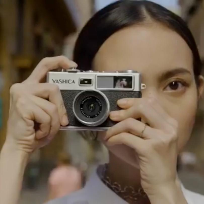 映画のように温かみある写真や、かっこいいモノクロ写真。スマホのカメラアプリとは、ひと味違う写真が撮れトイデジカメ YASHICA