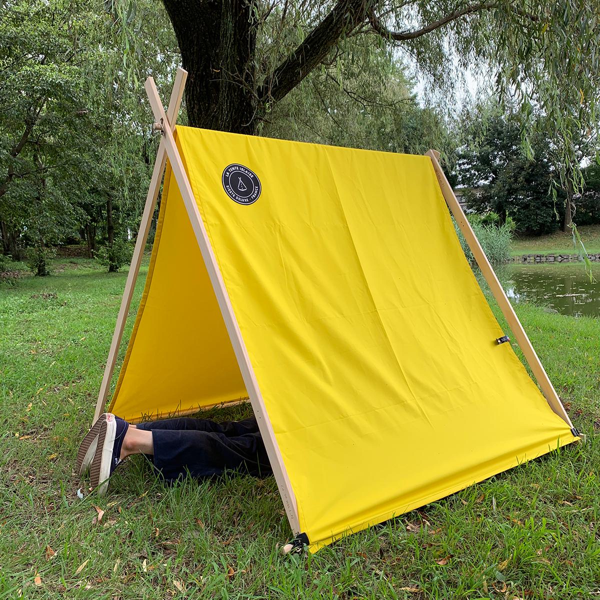 寝転がると、開いた面から青空や公園の木も見えて、まるで自分が自然の一部になったみたい。大人の新しいリラックス習慣に、子どもたちの遊び道具に。「帆布テント」|LA TENTE ISLAISE(ラ・タント・イレーズ)