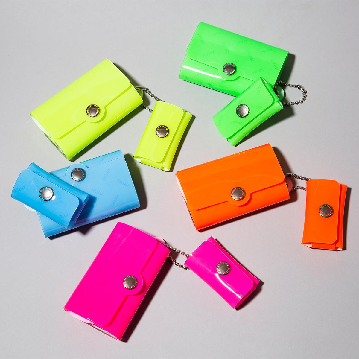 ハッとするほど目を引く、一年中映える、カラフルデザイン。ミニマム構造がかなえる、軽量&収納力の「ミニ財布」|SALLIES