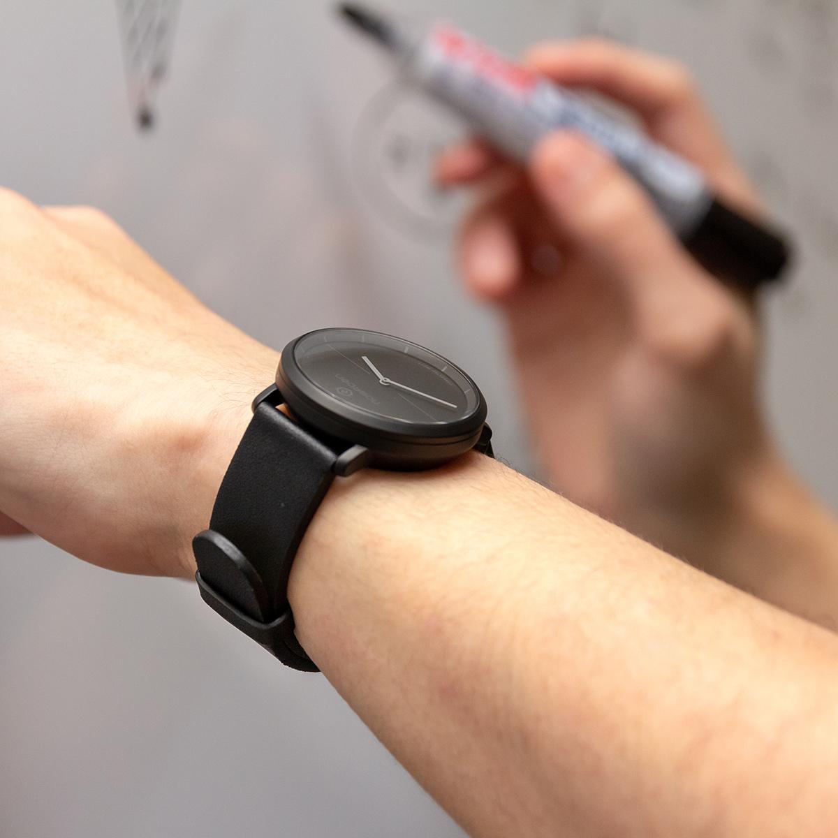 24時間、あなたの活動量も睡眠も見守ってくれるスマートウォッチ|noerden(レザーストラップ)