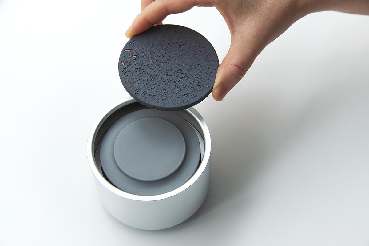 この陶板も独自の釉薬で仕上げており、美しさだけではなく、香りを広げるための技巧を凝らした一枚なのです|ミニマムでおしゃれなデザイン家電。香炉のような静かな存在感の「アロマディフューザー」|WEEKEND(ウィークエンド)
