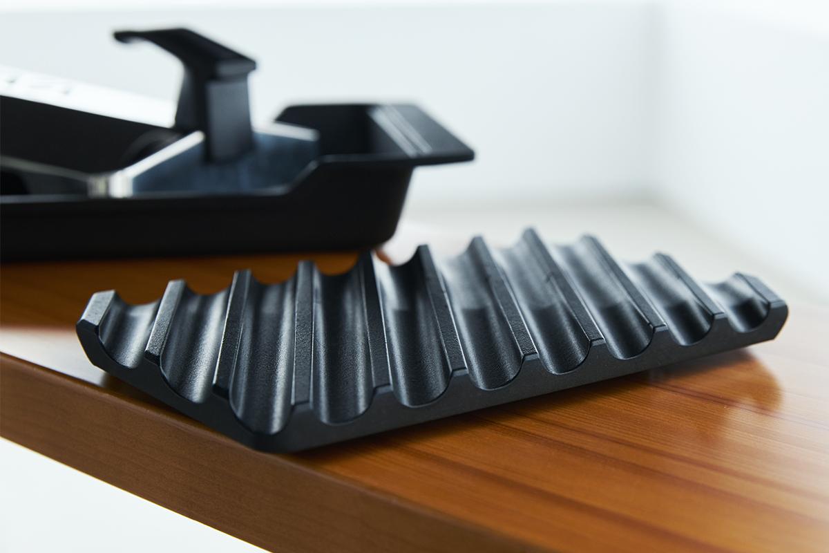 この炭火焼きならではの旨さを追求して、できあがったのが「炭プレート」|極厚炭グリルでパリッ、ふわっ、旨っ!コンロで手軽な「魚焼き器」|新潟・燕三条のオークス製の大人の焼魚 炭グリル