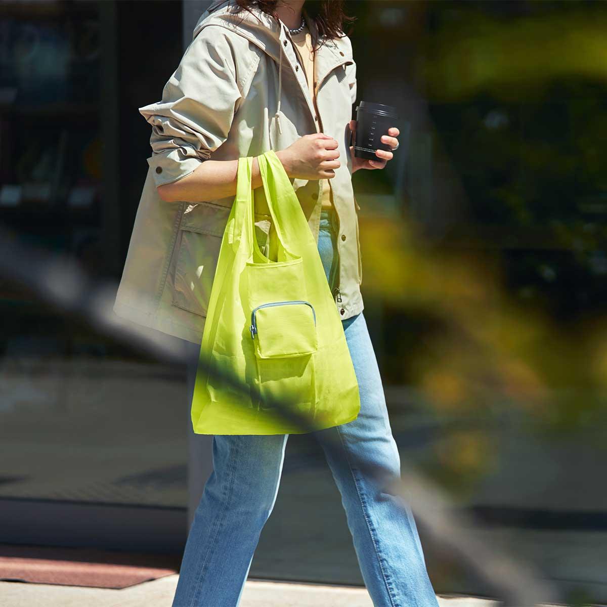 ファスナー付きポケットを裏返せば、そのままスリムな収納ポーチに。薄いから、上着や鞄のポケットの中でかさ張りません。ファッションに合わせて選べる豊富なカラー展開。スマートに持ち歩ける折りたたみエコバッグ|KATOKOA