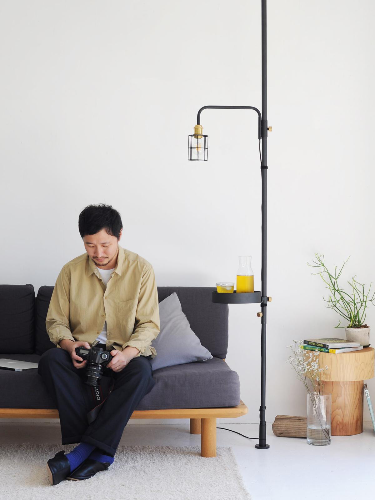 好きな場所にあっという間に簡単に設置できる、照明とテーブルがセットできる「つっぱり棒」|DRAW A LINE ランプシリーズ