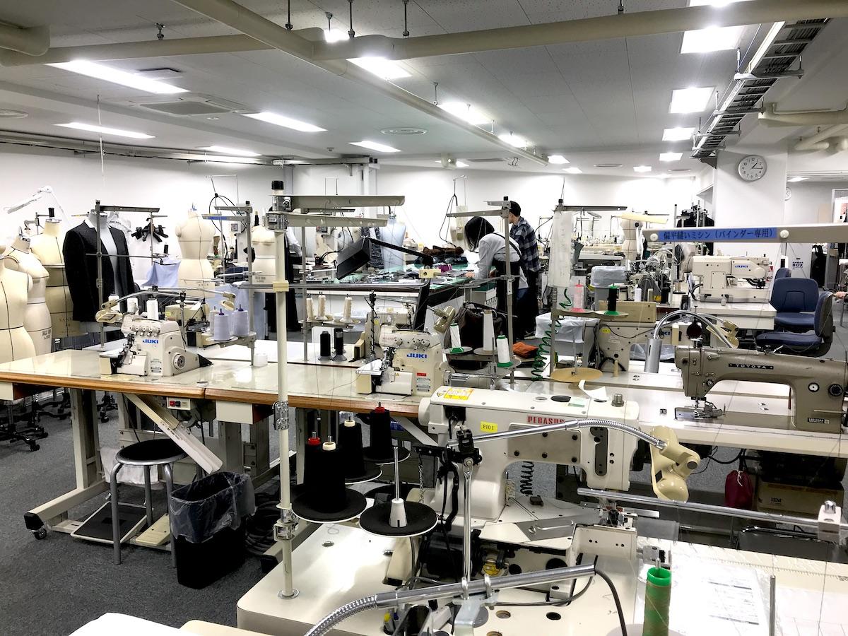 三陽商会・技術部の縫製室|日中はサコッシュ、肌寒い朝晩はアウターに!水滴が滑り落ちる高撥水素材の「バッグ一体型パーカー」| SANYO ENJIN