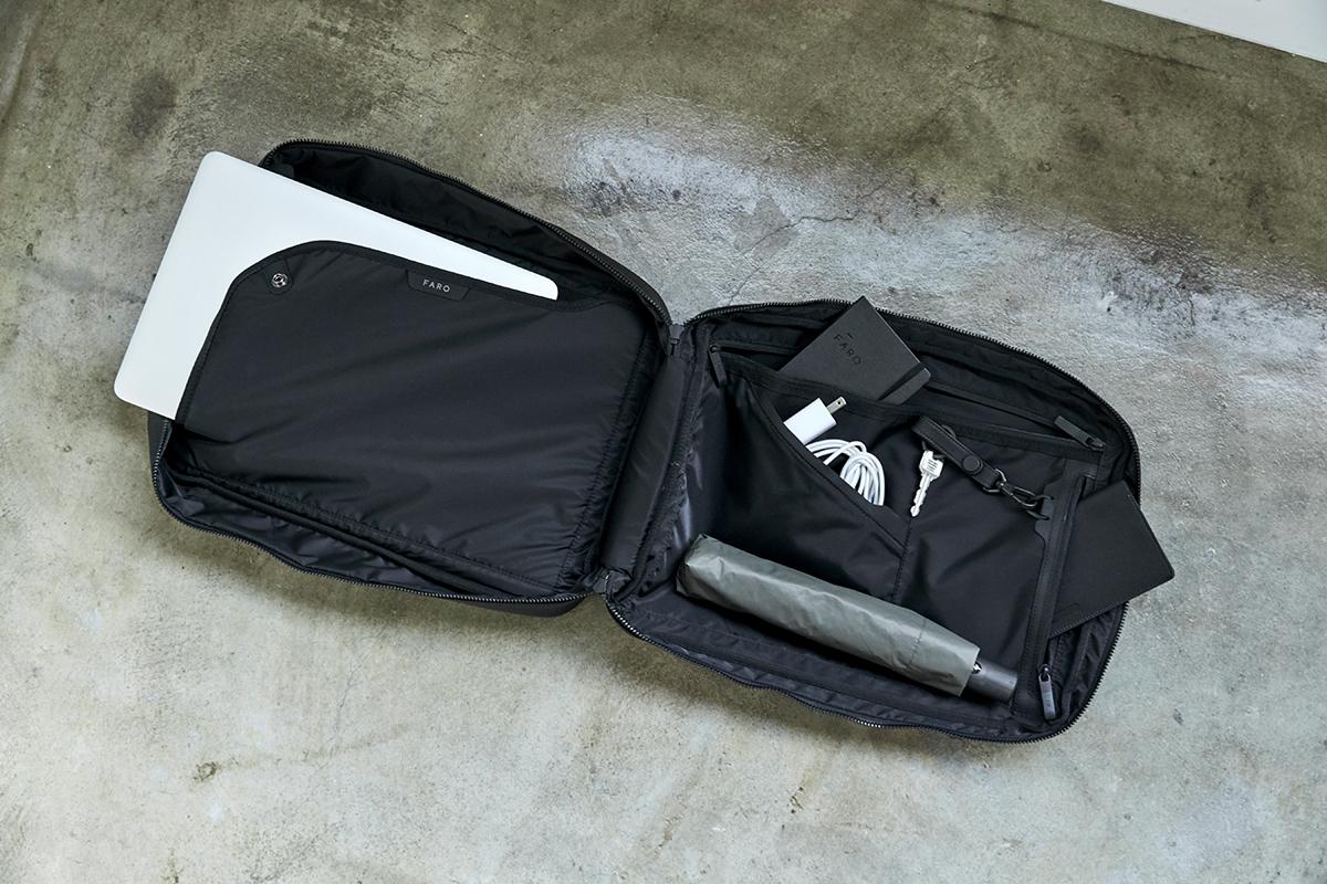 メインファスナーがスーツケースのように180度開くフルオープン仕様|防水レザーバッグの新世代は、軽くてジェンダーレス。高機能な『FARO』の最新型防水レザーバッグ