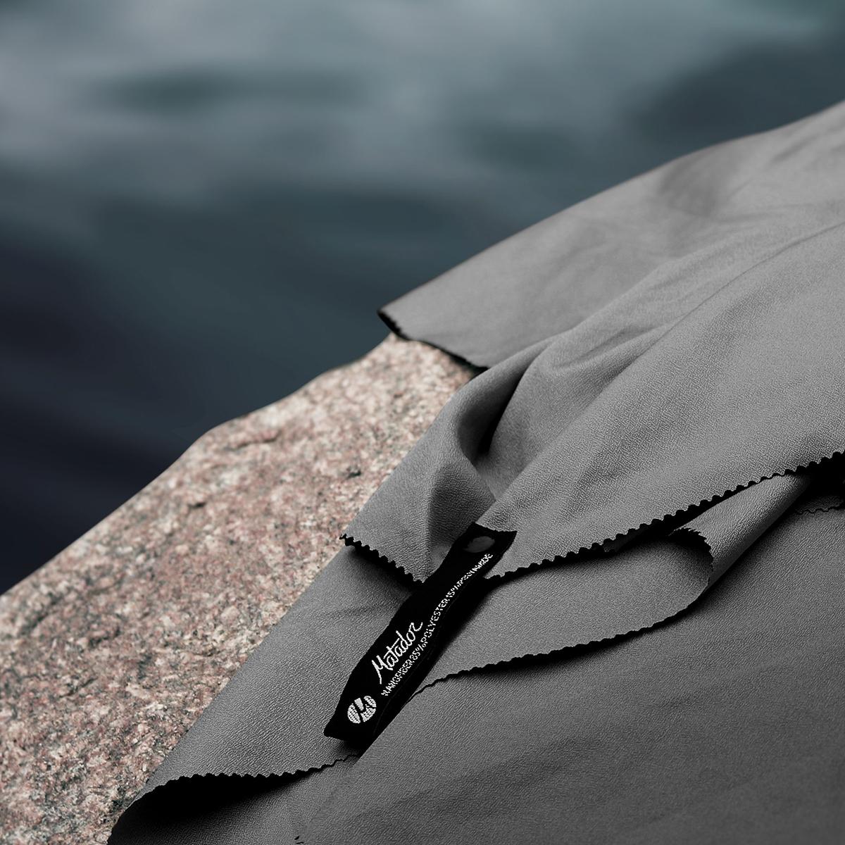どこでも吊るせるスナップループで、自然乾燥しやすい。極薄&超軽量なのに驚きの吸水速乾性。手のひらサイズにたためる「ナノドライタオル」 | Matador NanoDry Shower Towel