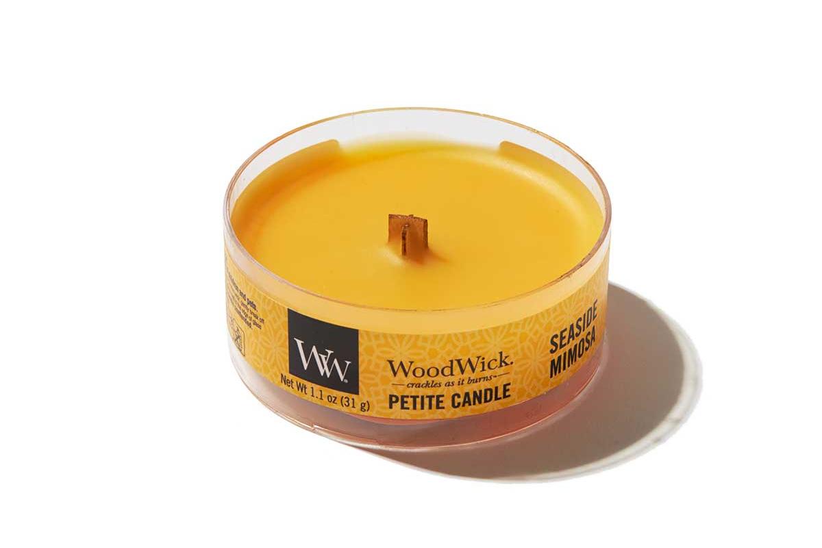《シーサイドミモザ》小さな焚き火を眺めているような気分に。天然木の芯が燃える音がなんとも心地いい、『WoodWick(ウッドウィック)』のプチキャンドル