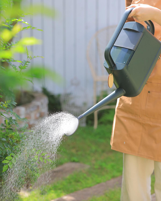 植物への水やりこそ、癒しのひととき。植物にやさしい、繊細な雨のような自然な水流のジョウロ|Royal Gardeners Club