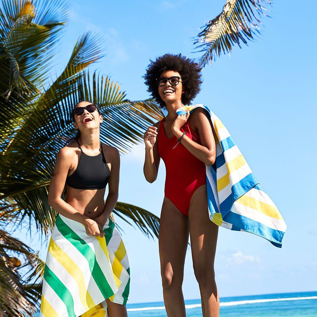 腰に巻けば、パレオ代わりになるし、着替えにも便利。ビーチやプールで大活躍するビッグサイズのカラフルタオル(ビーチタオル)|DOCK & BAY
