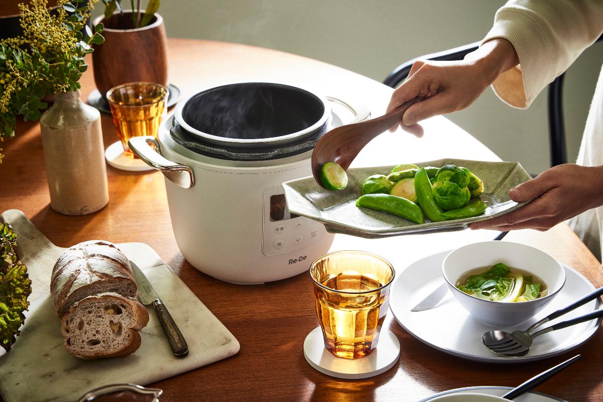 食卓にそのまま並べたくなる、スタイリッシュなデザイン。肉はジューシーに、ジャガイモはホクホクに下ごしらえ!炊飯も調理も楽チンで早い「アシスト調理器・電気圧力鍋」|Re-De Pot(リデ ポット)