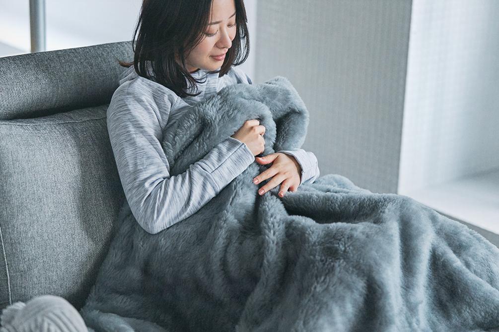暖かさはとびっきり。湿気(汗)は逃がしてムレないから、一晩中、心地よく体を暖めてくれます。癒しグレーが叶える、あったか快眠空間。ふんわり毛足2cmのメリノウールが気持ちいい!軽い掛け心地の「毛布」|SERENE