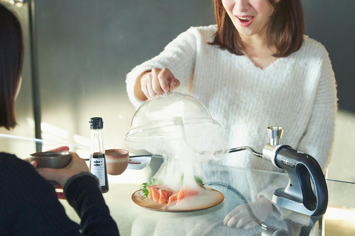 いつもの食卓で、どんな食材にも燻製ができる。スモークに包まれながら料理が出現する様は、まるでマジックショーのよう。誰でも手軽にできて、感動的に変化する「燻製器」IBSIST(イブシスト)